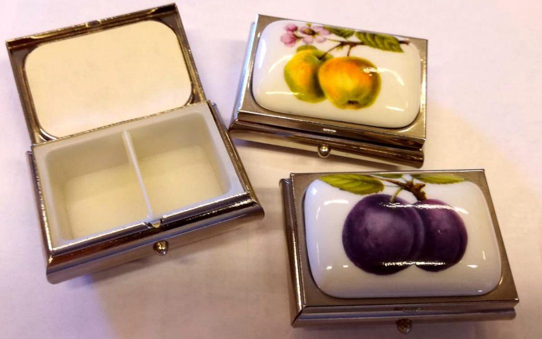 Scatoline portapastiglie in ceramica